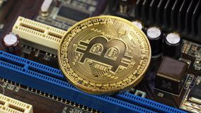 Złoty bitcoin kłama na planie komputerowy narzędzia zbiory wideo