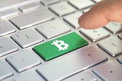 Złoty bitcoin klucz na klawiaturze, koloru guzik na szarej srebnej klawiaturze nowożytny ultrabook podpis na guziku Obrazy Stock
