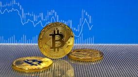 Złoty bitcoin na błękitnym abstrakta finanse tle Bitcoin cryptocurrency zbiory wideo