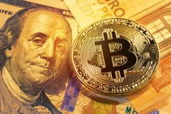 Złoty bitcoin na 100 dolarowych i euro rachunkach hełmofonu czarny zamknięty wizerunek odizolowywał mikrofonu ochraniacza miękką  Obrazy Stock