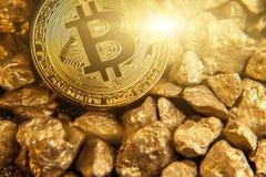 Złoty bitcoin na kopu złoto Zdjęcie Royalty Free