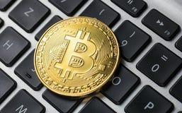 Złoty bitcoin na notatniku obrazy stock