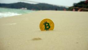 Złoty bitcoin na plaży Zdjęcia Royalty Free