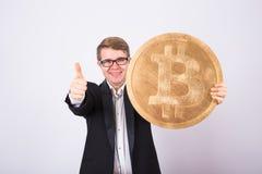 Złoty Bitcoin w mężczyzna ręce, Cyfrowego wirtualny cryptocurrency symbol Obrazy Stock
