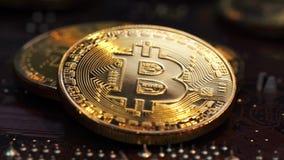 Złoty Bitcoins kłamstwo na komputerowym planie na narzędzia zbiory wideo
