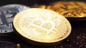 Złoty Bitcoins kłamstwo z dolarami na komputerowym planie na narzędzia zdjęcie wideo