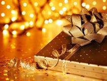 złoty Boże Narodzenie prezent Zdjęcia Royalty Free