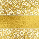 Złoty Bożenarodzeniowy tło z białymi płatkami śniegu, wektorowy illus royalty ilustracja