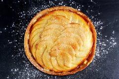 Złoty Bramley jabłczany tarta z cynamonowym glazerunkiem zdjęcia royalty free