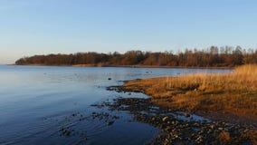 Złoty brzeg błękitny jezioro zdjęcie wideo