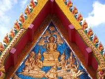 Złoty Buddha i anioł na dwuokapowej kaplicie Fotografia Royalty Free