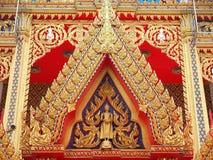 Złoty Buddha i anioł na dwuokapowej kaplicie Obrazy Royalty Free