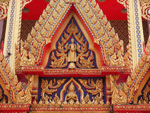 Złoty Buddha i anioł na dwuokapowej kaplicie Zdjęcie Royalty Free