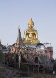 Złoty Buddha przy maczanką Ruak Obrazy Stock
