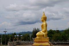 Złoty Buddha Trzy pagody, religijni symbole opierający się na Birmańskiej wojnie Tajlandia na Maju 6, 2018 fotografia stock