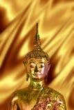 Złoty Buddha w złocistym tle, buddyjska religia Obrazy Royalty Free