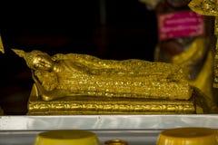 Złoty Buddha zakrywający z złocistym płótnem obrazy stock