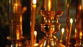 Złoty candlestick z płonącymi świeczkami panning w górę zbiory wideo