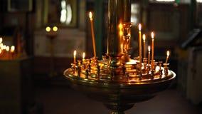 Złoty candlestick z płonącymi świeczkami zbiory