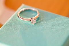 Złoty diamentowy pierścionek zaręczynowy na pudełku Obraz Stock