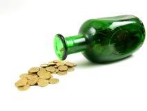 złoty dolewania butelki widok boczny Obrazy Stock