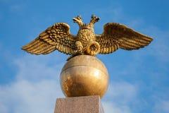 Złoty Dwoisty Eagle, Rosyjski żakiet ręki Fotografia Royalty Free