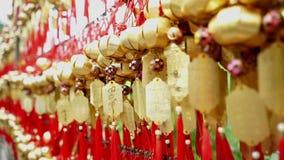 Złoty dzwon przy Wong Tai grzechu Świątynnymi ludźmi życzy mnie na arkanie dla i wiesza ono modli się zdjęcie wideo