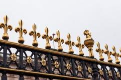 Złoty fleur De Lis na bramach buckingham palace, Londyn, UK obraz royalty free