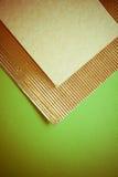 Złoty flutted papier na zieleni zdjęcia royalty free