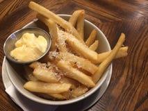 Złoty francuz smaży porcję w pucharu wierzchołku z parmesan serem słuzyć z majonezem który przedpole z plamy backgr obraz stock