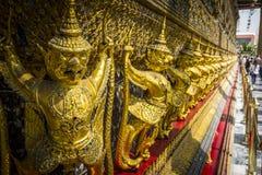 Złoty Garuda rzeźbi ginącego punkt w Wata Phra Kaew świątyni, Bangkok Obraz Stock