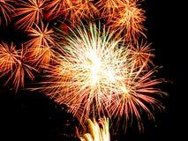 Złoty gwiazdowy wybuch i błyska fajerwerki spektakularni Obraz Royalty Free