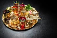 Złoty herbacianego stołu dekoraci język arabski rozdaje Ramadan kareem Obrazy Stock