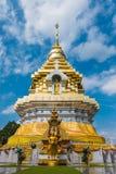 Złoty i biały pagodowy wat Phra Ten Doi Saket chiangmai Thaila Zdjęcie Royalty Free