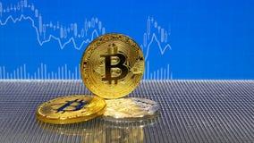 Złoty i srebny bitcoin na błękitnym abstrakta finanse tle Bitcoin cryptocurrency zbiory wideo