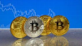 Złoty i srebny bitcoin na błękitnym abstrakta finanse tle Bitcoin cryptocurrency zdjęcie wideo