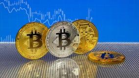 Złoty i srebny bitcoin na błękitnym abstrakta finanse tle Bitcoin cryptocurrency zbiory