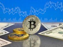Złoty i srebny bitcoin na błękitnym abstrakta finanse tle Bitcoin cryptocurrency Obraz Stock