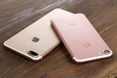 Złoty iPhone 7 i różowy iPhone 7 Plus Obrazy Royalty Free