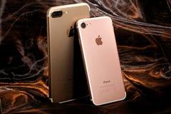 Złoty iPhone 7 i różowy iPhone 7 Plus Zdjęcie Stock
