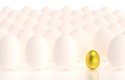 Złoty jajko w rzędach jajka Zdjęcia Royalty Free