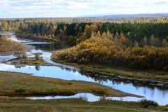 Złoty jesień krajobraz Banki rzeka Zdjęcie Royalty Free