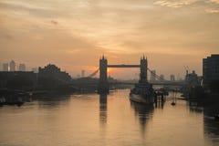 Złoty jesień wschód słońca nad wierza mostem w Londyn zdjęcie royalty free