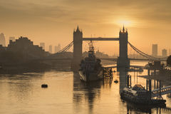 Złoty jesień wschód słońca nad wierza mostem w Londyn fotografia stock