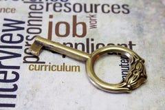 Złoty klucz na akcydensowym tekscie zdjęcia royalty free