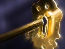 Złoty klucz w keyhole iluminującym Fotografia Royalty Free