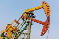 Złoty kolor żółty i czerwona Nafciana pompa surowy oilwell takielunek Zdjęcia Royalty Free