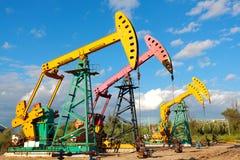 Złoty kolor żółty i różowa Nafciana pompa surowy oilwell takielunek Obraz Stock