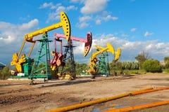 Złoty kolor żółty i różowa Nafciana pompa surowy oilwell takielunek Zdjęcie Stock