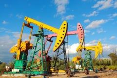 Złoty kolor żółty i różowa Nafciana pompa surowy oilwell takielunek Fotografia Royalty Free